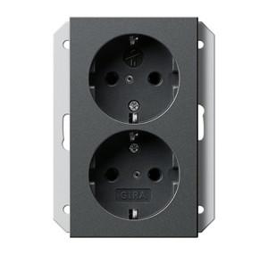 Двойная розетка с заземляющими контактами для 1-местной коробки скрытого монтажа с защитой от детей Gira