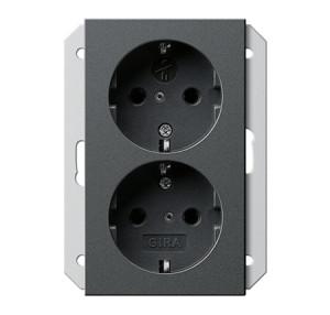 Двойная розетка с заземляющими контактами для 1,5-местной коробки скрытого монтажа с защитой от детей Gira